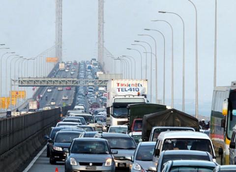 Kesesakan lalu lintas di Jambatan Pulau Pinang.