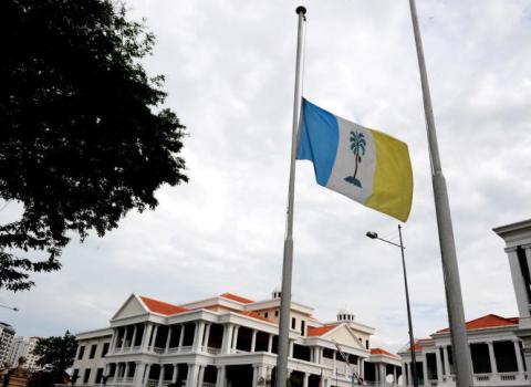 bendera_dikibar_setengah_tiang_MH17