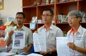 Laporan polis dibuat Sheikh Umar (kiri) bersama Adun Mengkibol, Tan Hong Pin
