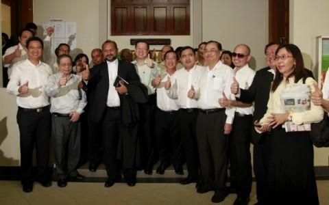 Pimpinan DAP meraikan pengumuman ROS menarik balik penggantungan pengiktirafan CEC di Mahkamah Tinggi Kuala Lumpur.