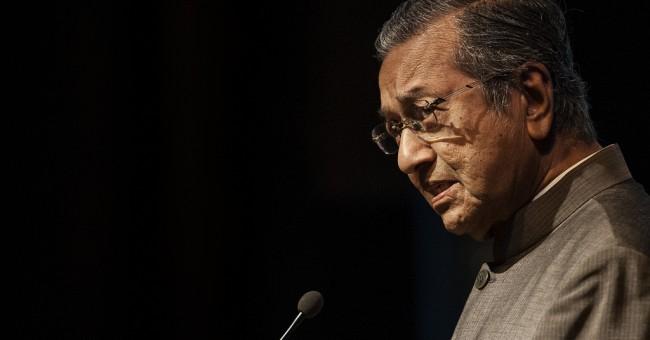 """""""Dr Mahathir, anda yang cipta kebusukan dalam tempoh 22 tahun menjadi Perdana Menteri"""", kata Kit Siang"""