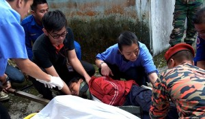 Pihak keselamatan dan orang ramai bertungkus-lumus membantu mangsa gempa bumi.