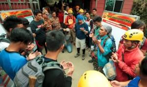 Anggota Malim Gunung Kinabalu membaca doa sebelum menjalankan kerja menyelamat.