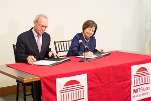 Presiden MIT L Rafael Reif dan Gabenor Bank Negara Malaysia Zeti Akhtar Aziz menandatangani perjanjian.