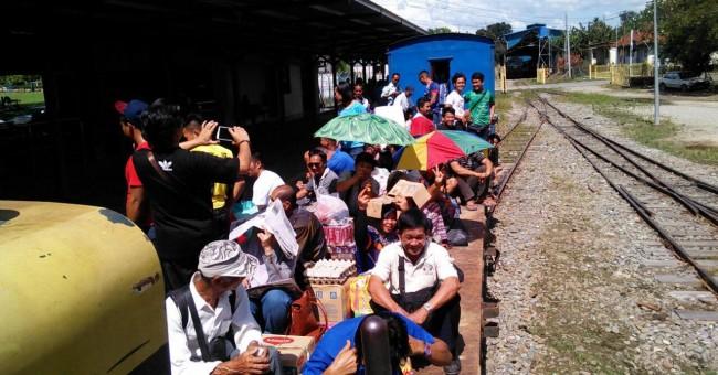 Rakyat Sabah naik keretapi 'mayat', gerabak tanpa bumbung dan dinding